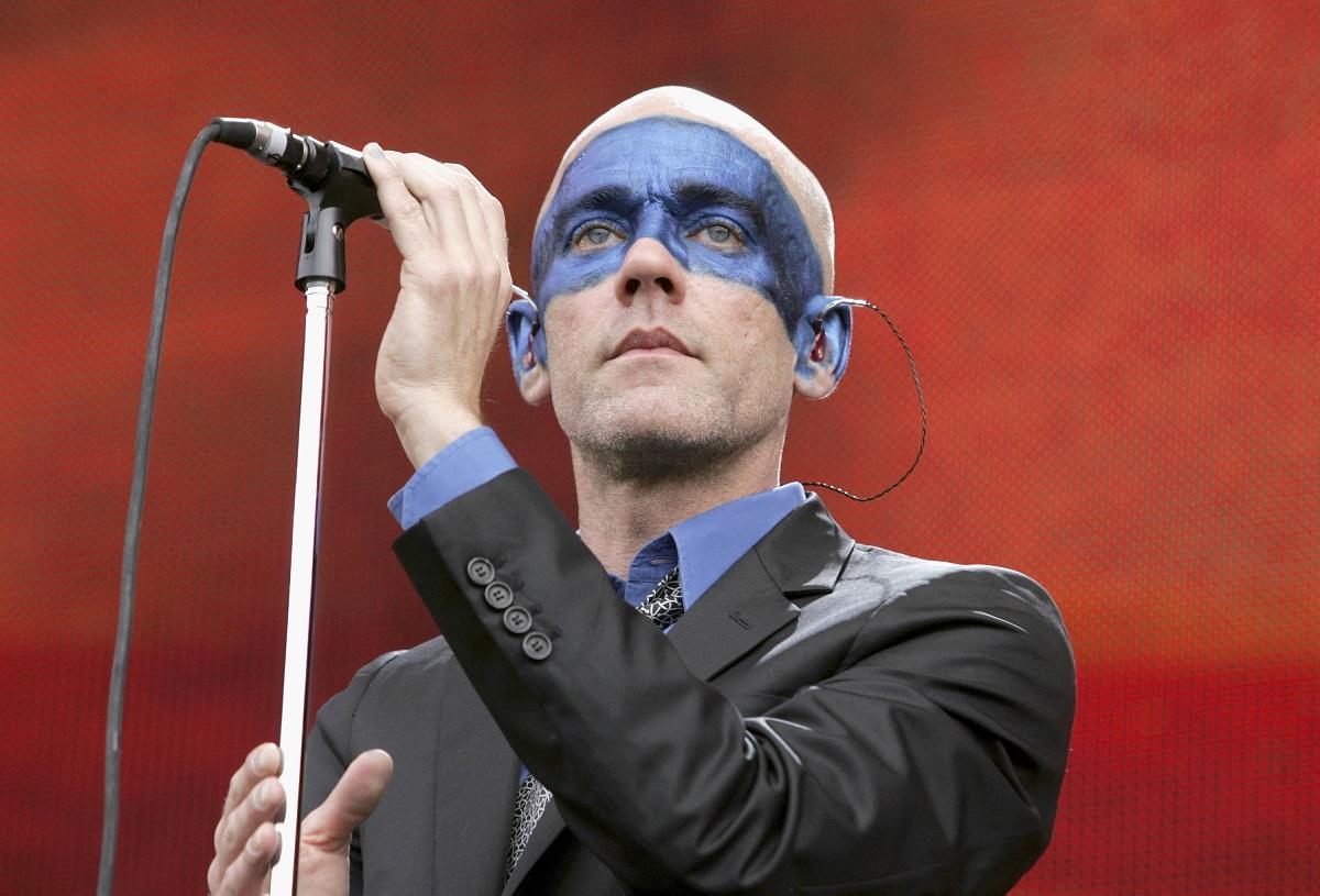 Michael Stipe, James Franco, Colbert'den Şarkı Performansı